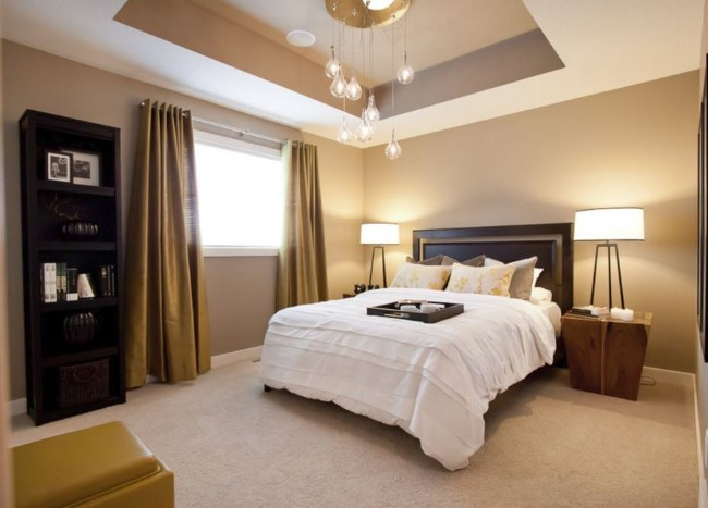 Подвесной потолок с глубоким углублением и необычной люстрой в интерьере спальни.