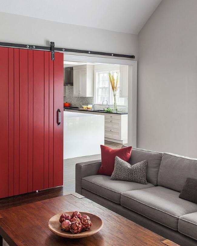 Сочетание серого и красного в интерьере небольшой комнаты.