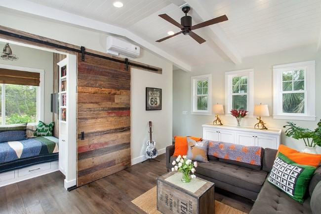 Раздвижные деревянные двери в небольшой уютной гостиной.