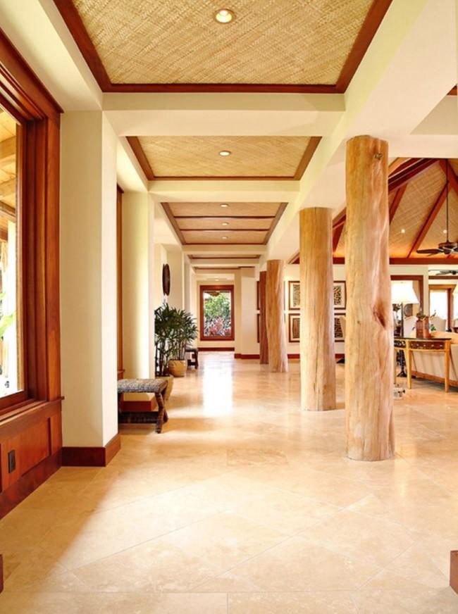 Необычный подвесной потолок с деревянными балками и квадратными углублениями.