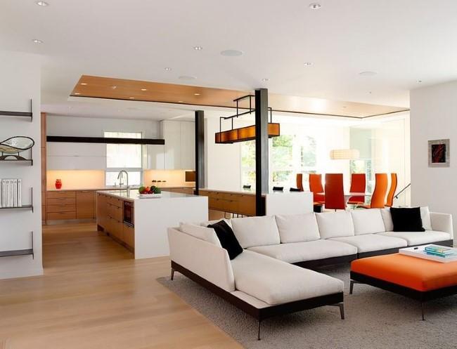 Подвесной потолок с деревянной панелью в интерьере гостиной-столовой.