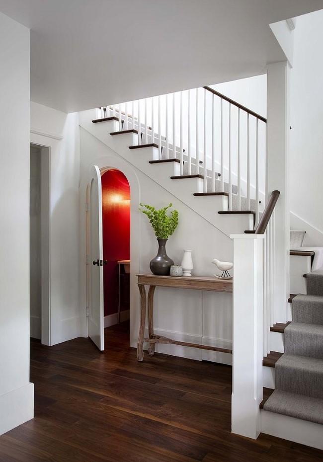Небольшая уютная комната в основании классической лестницы.