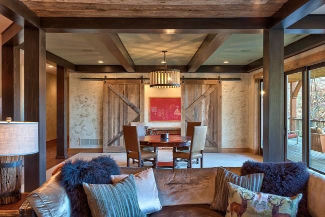 Деревенская гостиная и столовая со стильными раздвижными дверями.