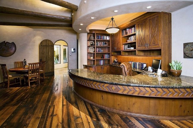 Уютный домашний кабинет с просторным рабочим столом и зоной отдыха.