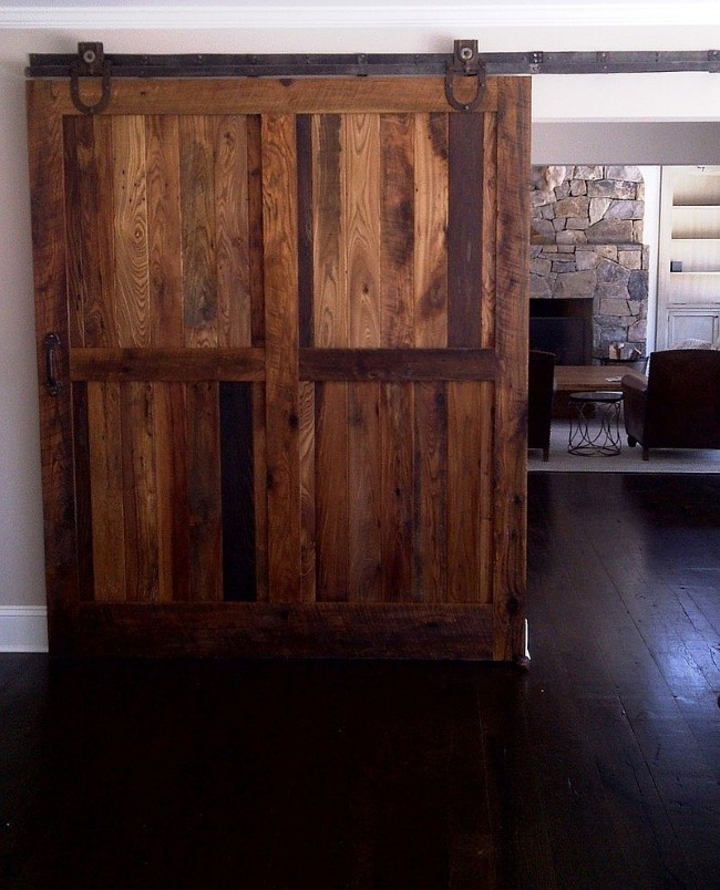 Массивные деревянные двери в деревенском холле.