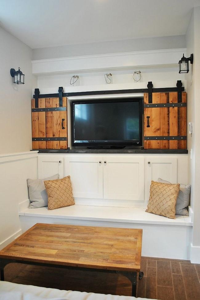 Деревянные раздвижные двери с металлическими вставками.