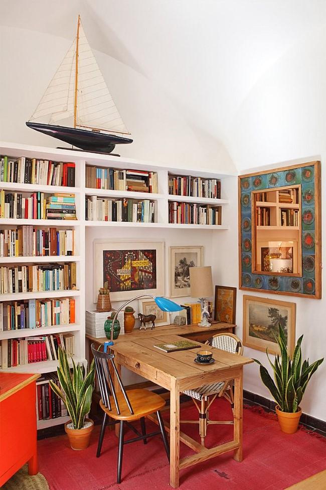 Домашний кабинет-библиотека с большим книжным шкафом.