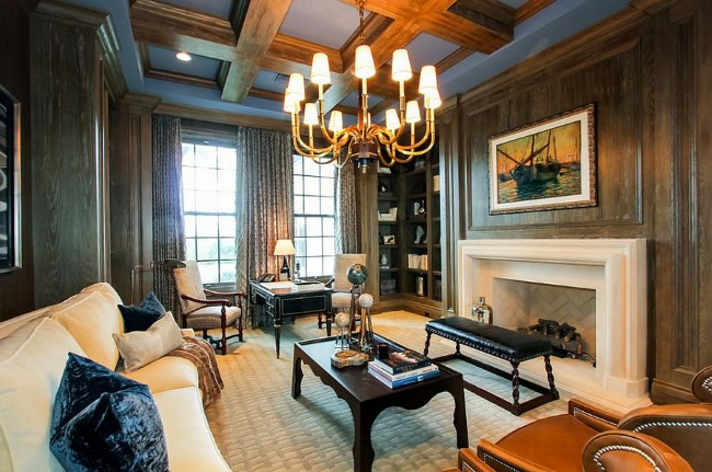 Стильный домашний кабинет с деревянными панелями на стенах и потолке.