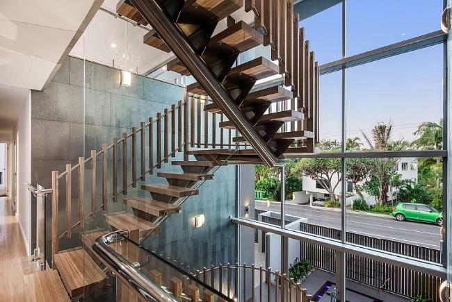 «Плавающая» лестница в интерьере современного загородного дома.