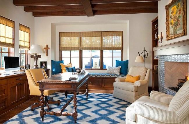 Уютный домашний офис в белых, синих и голубых тонах.