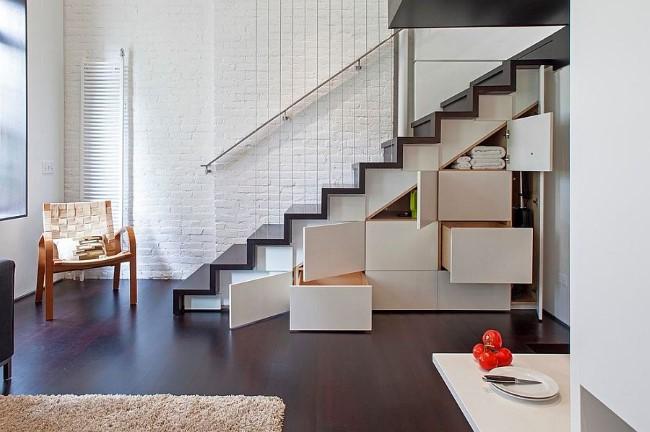 Стильная лестница с удобными ящиками и полками для вещей.