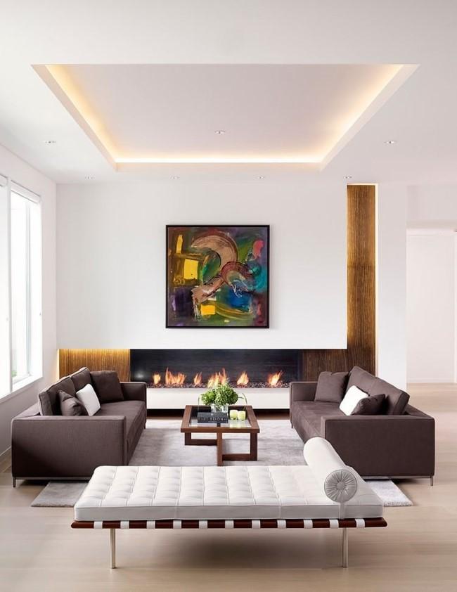 Углубленный подвесной потолок с встроенной подсветкой в интерьере просторной гостиной.