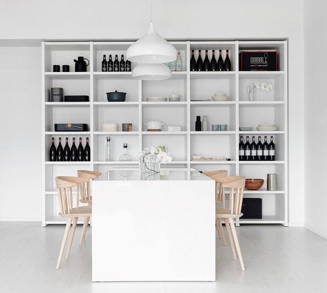 Минималистическая столовая со встроенным шкафом для посуды.