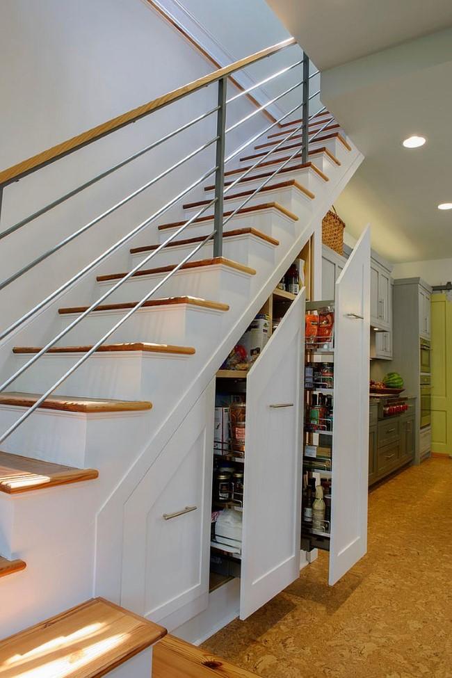 Лестница с удобной кладовой для хранения продуктов в основании.