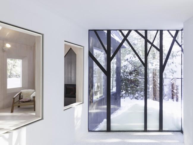 Уютная веранда со стеклянной дверью во двор.