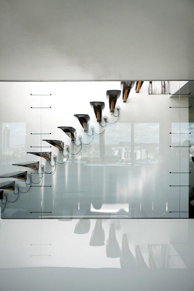Минималистическая стеклянная лестница от компании Avignon-Clouet architects.