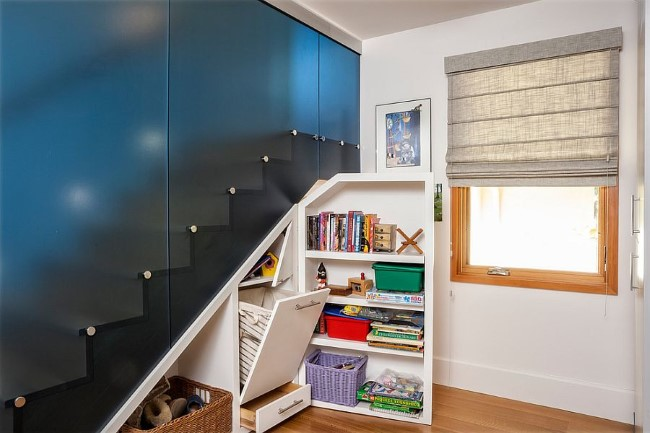 Стильная современная лестница с выдвижными полками и ящиками.