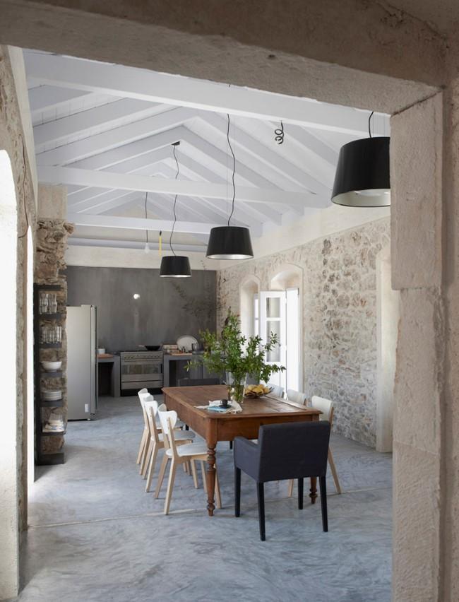 Средиземноморская уютная вилла с каменными стенами.