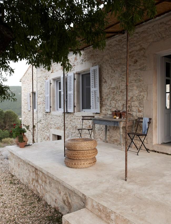 Уютная веранда у стен средиземноморской виллы.