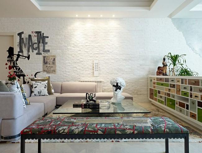 Белая кирпичная стена в индустриальной современной гостиной.