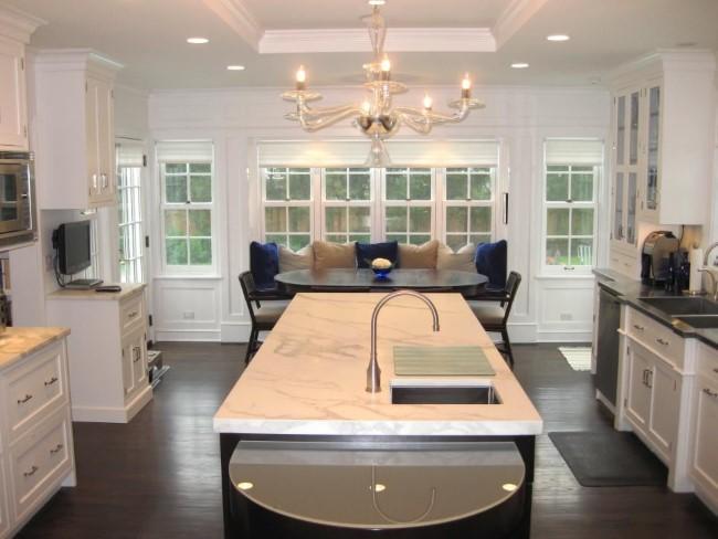 Белый подвесной потолок с углублением в интерьере стильной классической кухни.