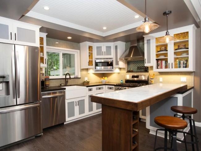 Серо-белый потолок с прямоугольным углублением в интерьере кухонной зоны.