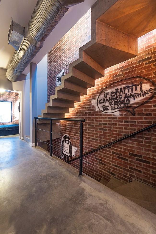 Индустриальная лестница со светодиодными светильниками.