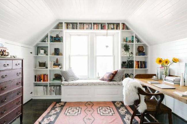 Домашняя библиотека-кабинет под крышей частного дома.