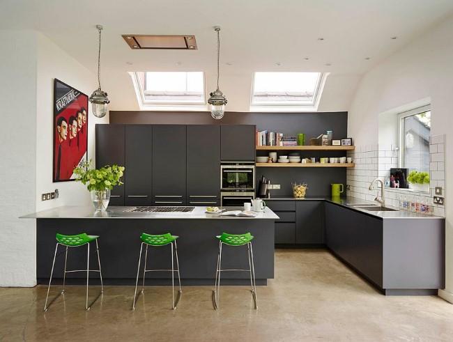 Зеленые барные стулья и аксессуары в стильной кухне в сером цвете.