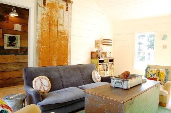 Стильная гостиная с интерьером шебби шик и старинной мебелью 19 столетия.