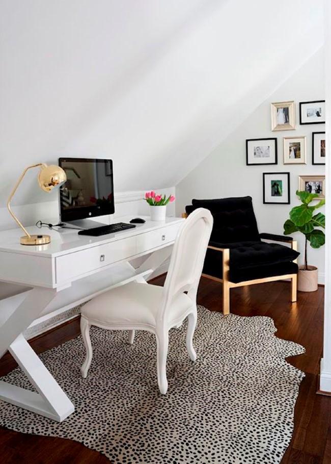 Роскошный домашний кабинет в мансарде загородного особняка.