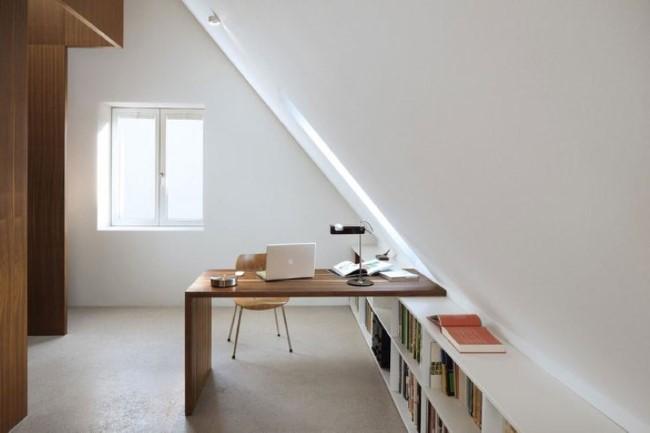 Интерьер загородного дома в скандинавском стиле со стильным домашним кабинетом.