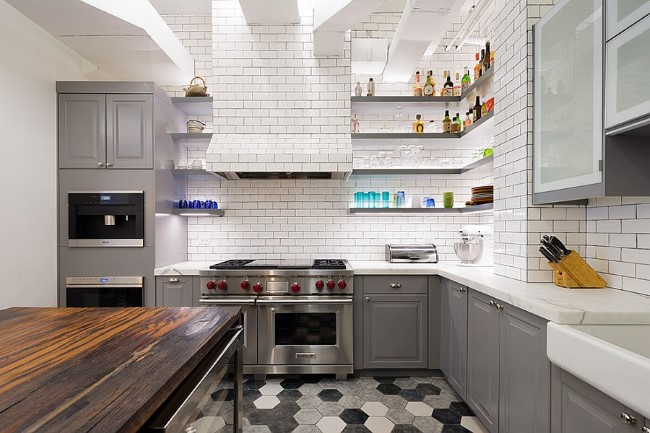 Стильная серая кухня с элементами черного и белого цветов.