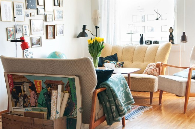 Маленькая гостевая комната с картинами шебби шик.