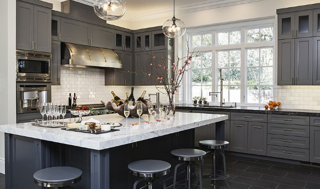 Современная серо-белая кухня от творческой студии Jules Art of Living.