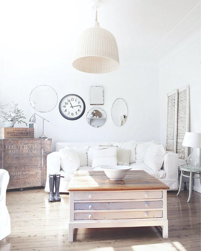 Белые стены и потолок в шебби шик гостиной.