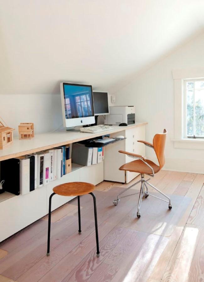 Уютный домашний кабинет в мансардном помещении частного дома.