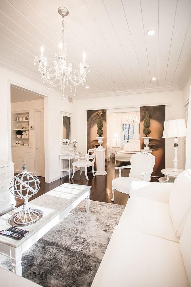 Белая гостиная с мебелью и аксессуарами в стиле шебби шик.