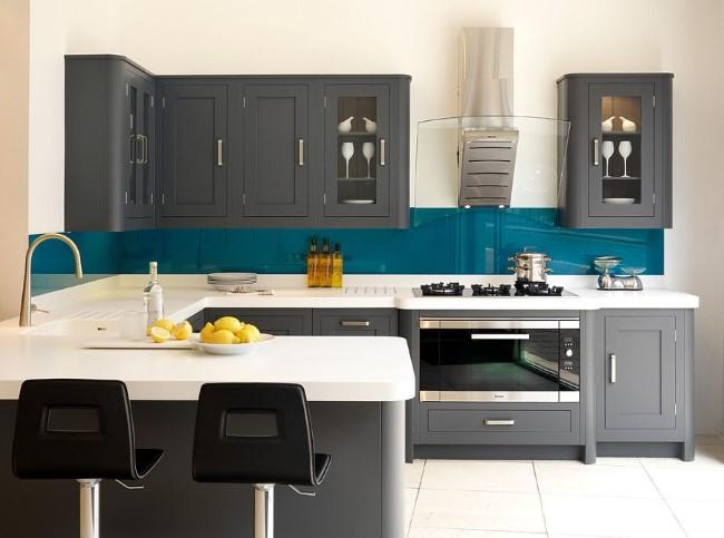 Насыщенный темно-синий цвет в интерьере стильной кухни серого цвета.