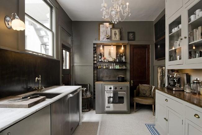 Небольшая кухня серого цвета в эклектическом стилевом направлении.