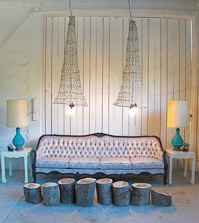 Уникальная гостиная с необычным светильником в стиле шебби шик.