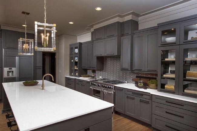Эксклюзивные стеклянные светильники в стильной серой кухне.