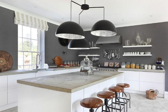 Универсальная серо-белая кухня с элементами черного цвета.
