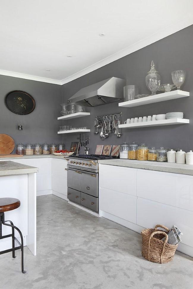 Элегантная кухня с оттенками светлого и темного серого цвета.