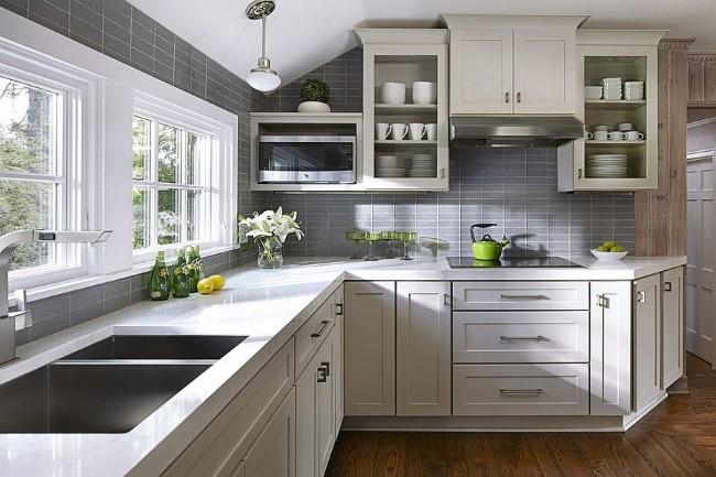 Серо-белая кухня с элементами ярко-салатного цвета.