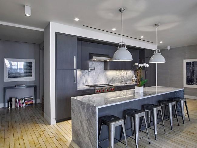 Современная серая кухня в интерьере городской квартиры.