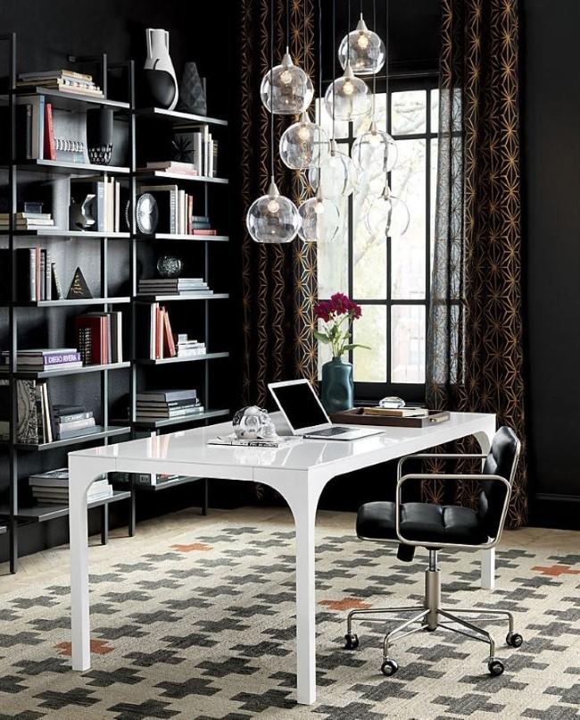 Темные серые стены в интерьере стильного домашнего кабинета.