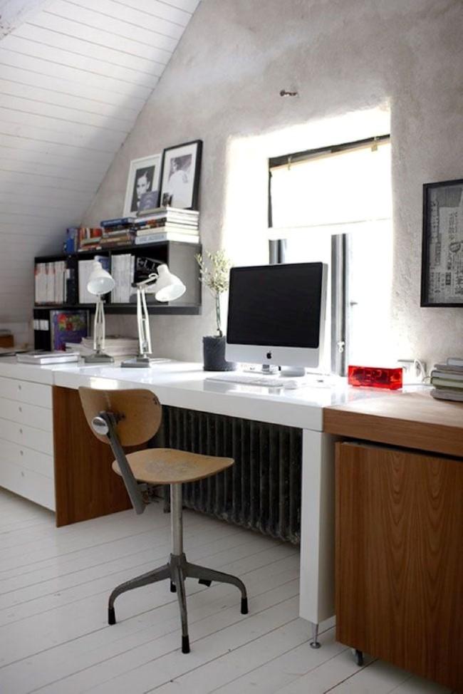 Уютный домашний кабинет в мансарде в индустриальном и современном стилях.