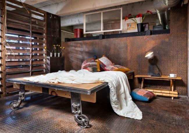 Металлические стены и пол в индустриальной спальне частного дома.