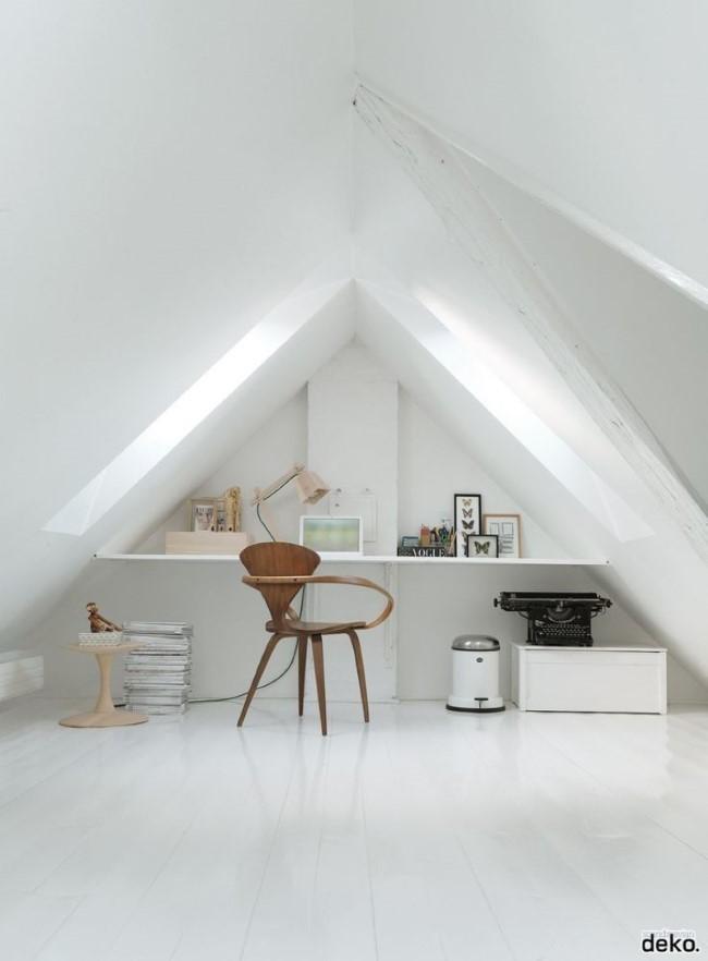 Скандинавский интерьер стильного домашнего кабинета с белыми стенами и потолком.